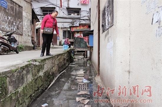 加上附近居民楼,店面常年累月排水量较大