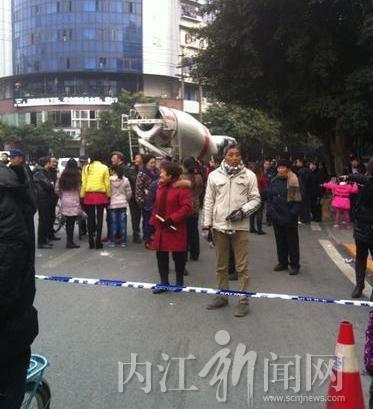 隆昌新华街发生车祸 一学生身亡