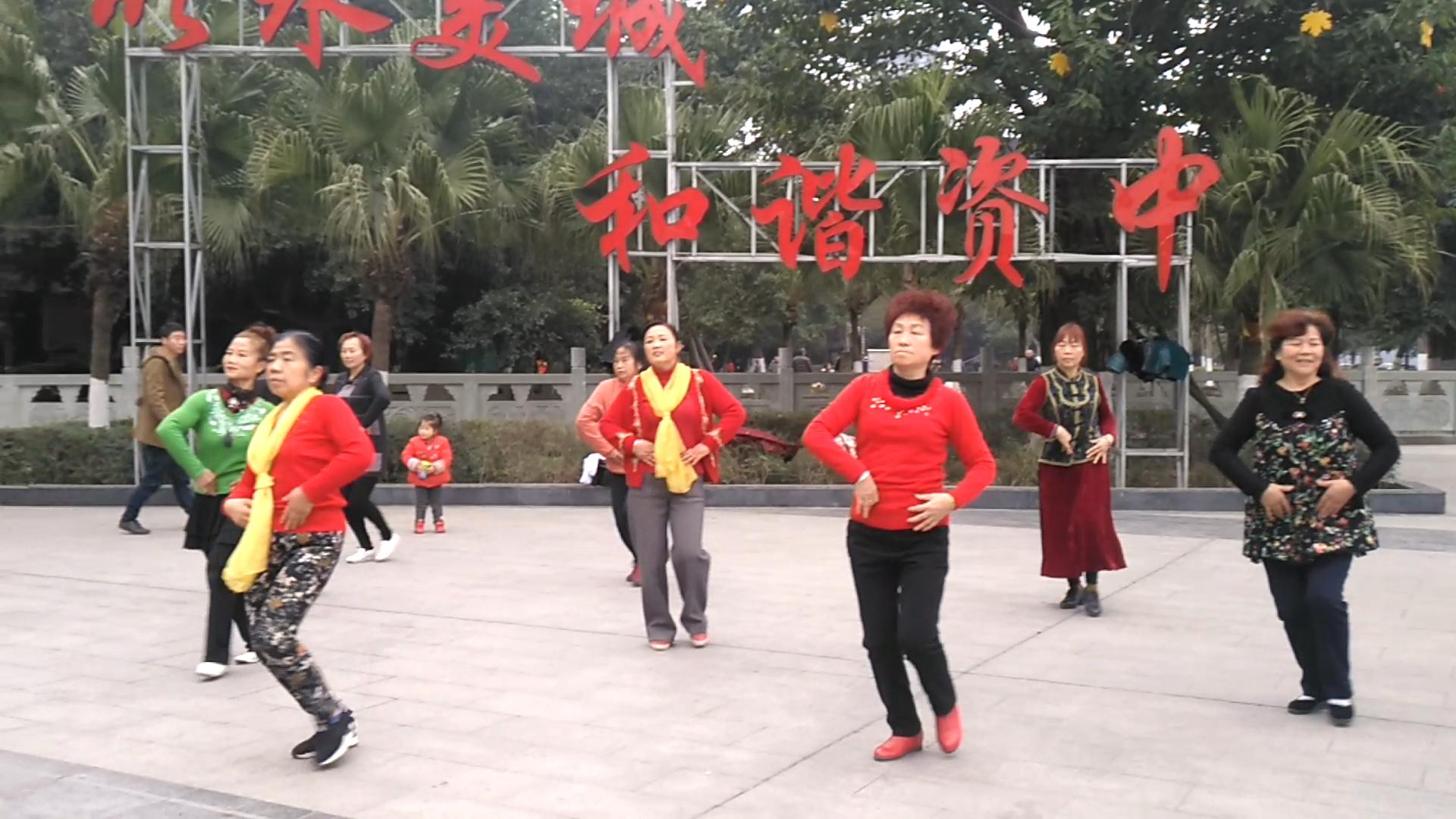 资中县幸福快乐健身队:尽情舞蹈 展示中老年人的风采