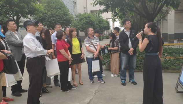 台湾高雄参访团来到经开区 参观巨腾国际 感受经开区魅力