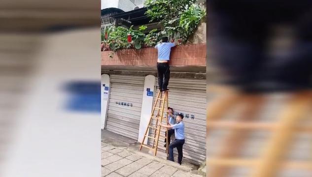 """大风""""锁门""""老人被困阳台"""