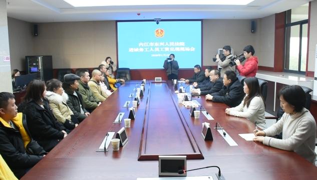 东兴区集中为26名民工兑付工资70余万元