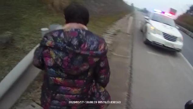 儿子因忙生意 六旬母亲迷路误入高速路