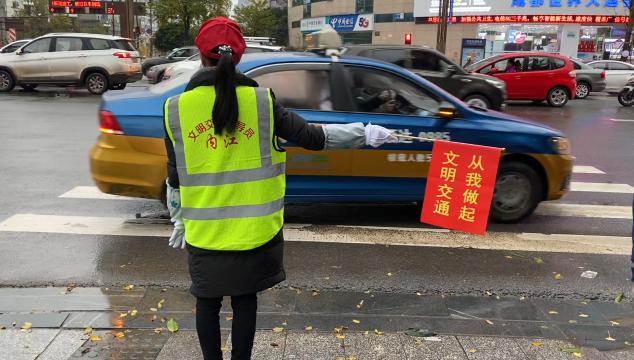 内江组织各驾校师生开展文明交通志愿服务活动