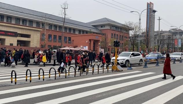 桐梓坝小学校外有了红绿灯