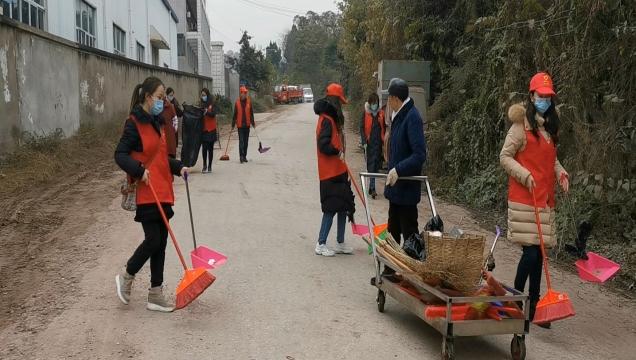 内江日报社组织党员志愿者赴松山社区开展月末卫生大清扫