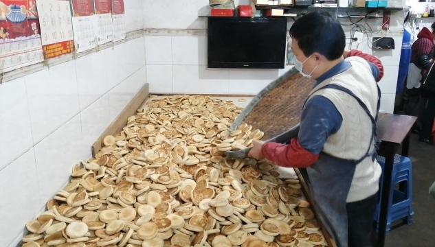 儿时的味道,银山镇这家纯手工芝麻饼年销40万个!